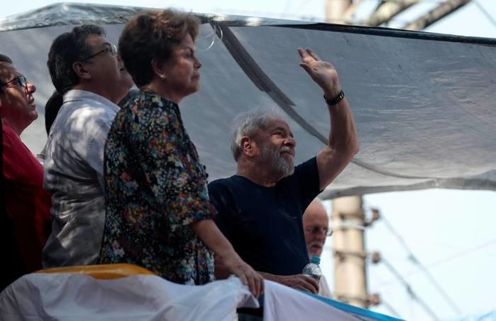 O ex-presidente Lula cumprimenta apoiadores ao lado da ex-presidente Dilma Rousseff em São Bernardo do Campo (Crédito: Leonardo Benassatto/Reuters)