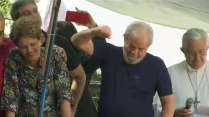 Lula recebe apoio de Dilma Rousseff durante missa em homenagem à Marisa Letícia