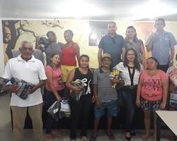 Prefeitura de Pimenteiras entrega kits para catadores do lixão