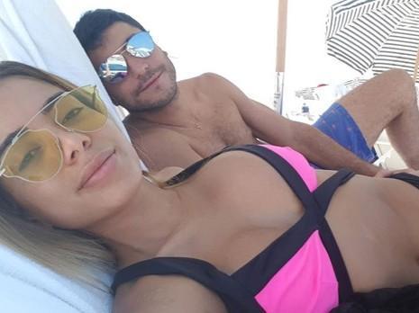 Anitta curte praia em Miami na companhia do marido Thiago Magalhães
