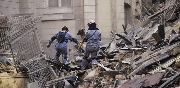 Bombeiros trabalham no resgate de sobreviventes e corpos após desabamento de prédio (Crédito: reprodução)