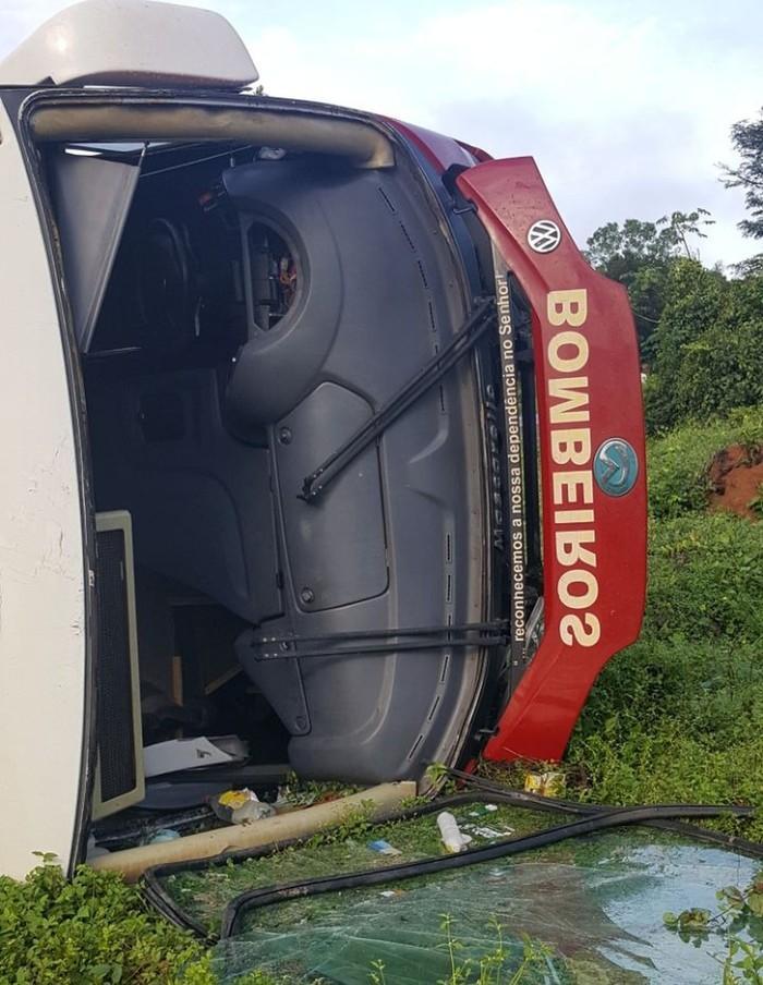 Ônibus do C capota na BR-316, no Maranhão (Crédito: Divulgação/PRF)