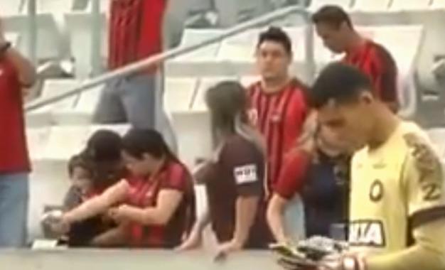 Goleiro usa celular durante jogo e surpreende; clube se explica