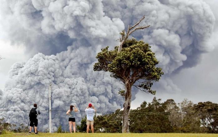 Pessoas observam cinzas da cratera do vulcão Kilauea, no Havaí  (Crédito: Terray Sylvester / Reuters )