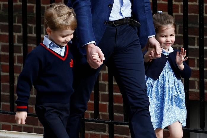 Charlotte e George chegam com o pai, o príncipe William, ao hospital para conhecer o irmão  (Crédito: Henry Nicholls/Reuters)