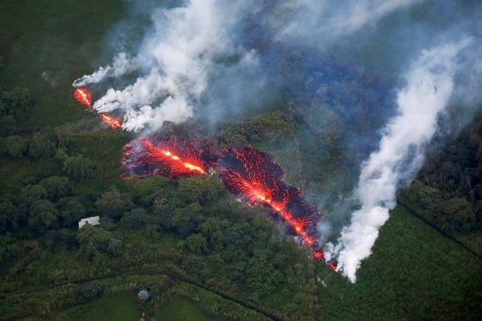 Lava abre uma fenda em meio à vegetação durante erupção do vulcão Kilauea, no Havaí, a leste da subdivisão Leilani Estates (Crédito: Terray Sylvester / Reuters )