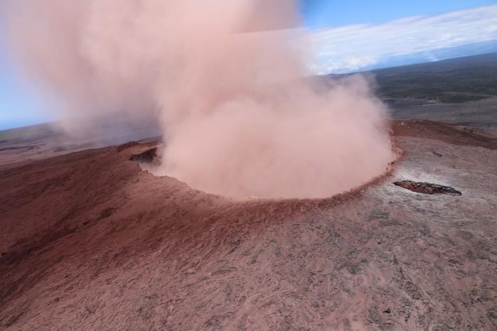 Cinzas do vulcão Kilauea, no Havaí, são vistas nesta sexta-feira (4)  (Crédito:  U.S. Geolgogical Survey via AP)