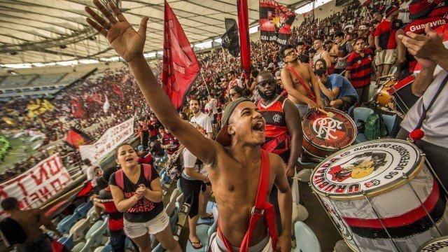 Com a torcida o elenco do Flamengo faz último treino  (Crédito: Guito Moreto / Agência O Globo)