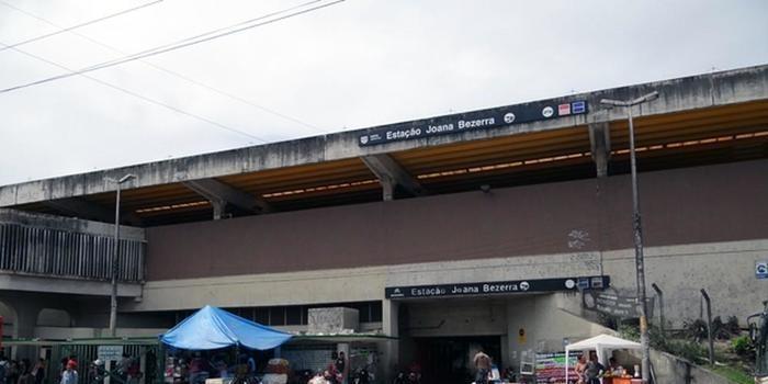 PMs morrem após serem atropelados por trem do Metrô no Recife
