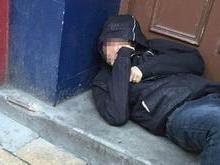 Mendigo cobra R$ 350 para deixar mulher entrar no apartamento dela