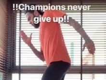 Fora da Copa de 2018, Daniel Alves mostra recuperação do joelho