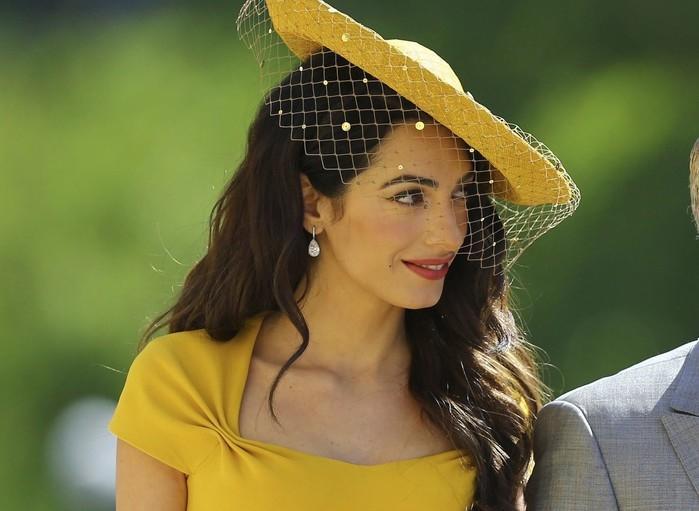 Amal Alamuddin e George Clooney chegam para o casamento real  (Crédito:  Gareth Fuller/pool photo via AP)