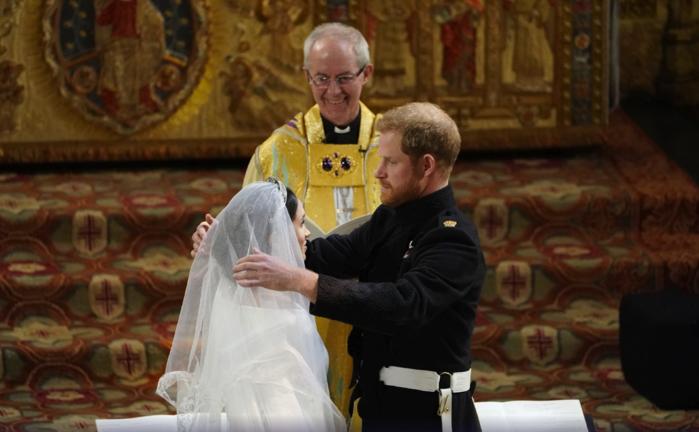 Harry tira o véu de Meghan (Crédito: Owen Humphreys/AP)