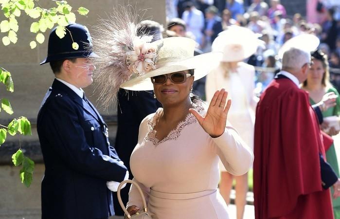 Oprah Winfrey chega à capela de São Jorge, no Castelo de Windsor, para o casamento de Harry e Meghan  (Crédito:  Ian West/pool photo via AP)
