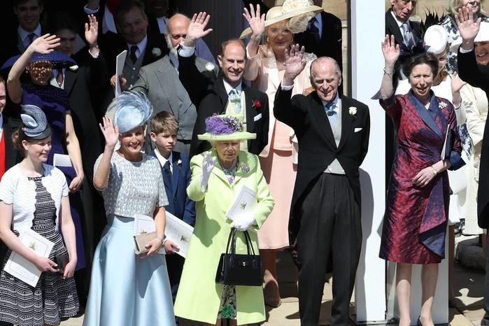 Família real acena para público (Crédito: Andrew Milligan/Pool via Reuters)