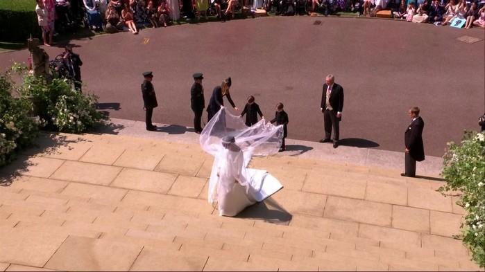 Meghan Markle exibe vestido deslumbrante (Crédito: TV Globo)