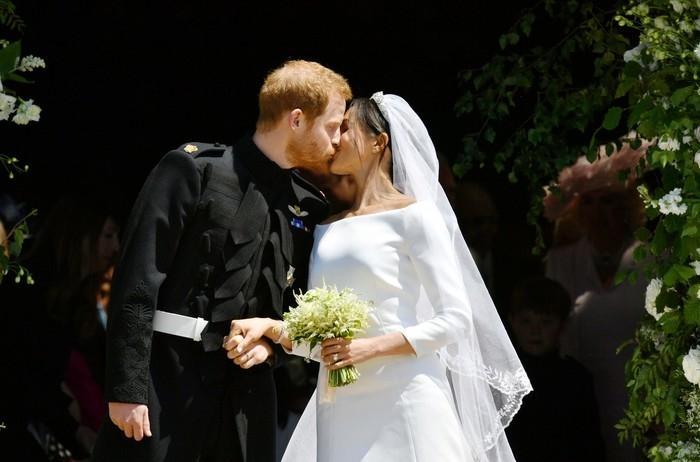 Harry e Meghan Markle se beijam após se casarem  (Crédito: Ben Birchall/Pool via Reuters)