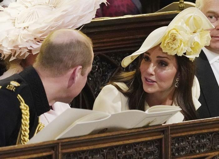 Kate Middleton conversa com Príncipe William durante casamento de Harry e Meghan  (Crédito: Jonathan Brady/pool photo via AP)