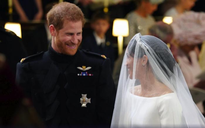 Harry e Meghan no altar  (Crédito: Gareth Fuller/AP)