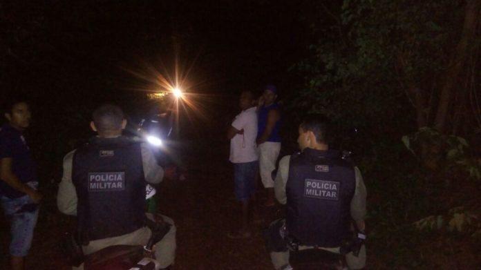 A foto mostra a policia no local do crime (Crédito: Reprodução/Longah)
