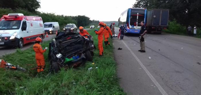 Destroços de veículo envolvido em acidente com cinco mortos na BR-135 no Maranhão (Crédito: PRF-MA/Divulgação )