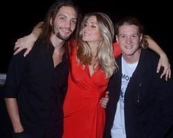 Letícia Spiller posa com namorado e filho em espetáculo no Rio