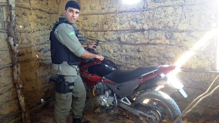 Soldado Dionísio acompanhando a operação (Crédito: Ronaldo Figueiredo )