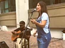 Aniversariante, Ivete faz 'show' para fãs na porta de casa na BA
