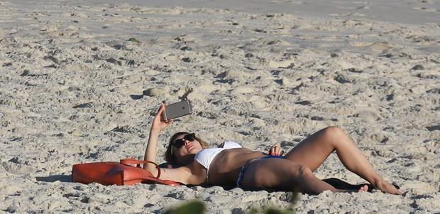 Rita Guedes na praia (Crédito: Agnews)