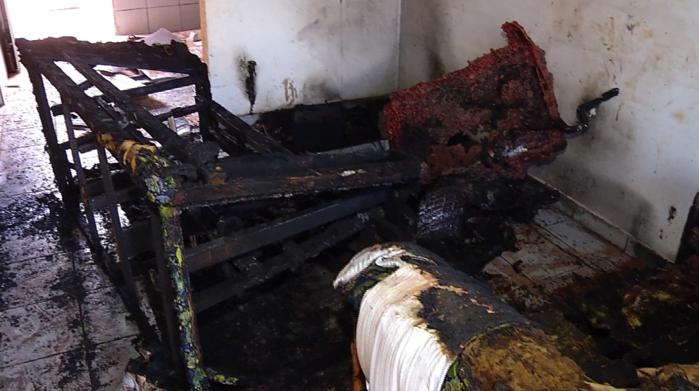 Imagens da casa parcialmente destruída após o incêndio em Timon  (Crédito: Rede Meio Norte)