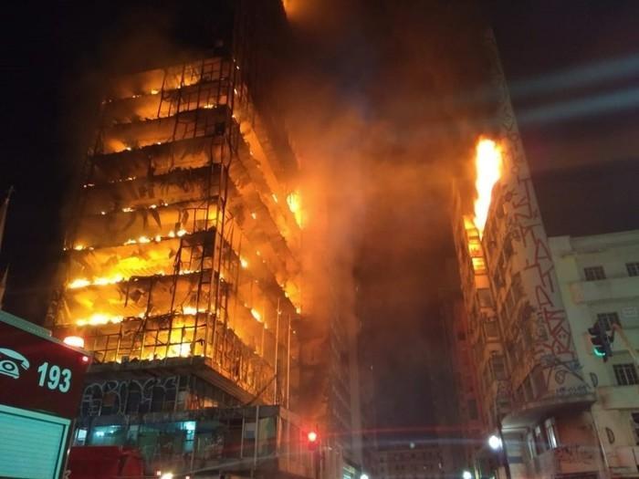 Prédio em chamas