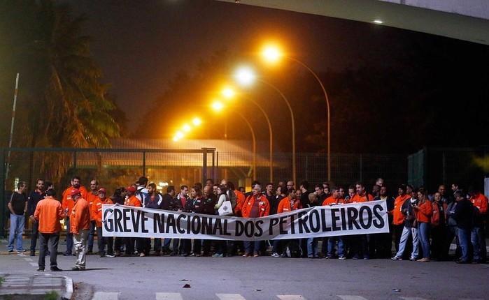 Greve de petroleiros na Refinaria Duque de Caxias (Reduc), na Baixada Fluminense  (Crédito: Marcos de Paula / Agencia O Globo )