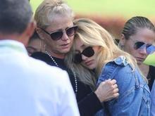 Emocionadas, Xuxa e Sasha se despedem de dona Alda Meneghel