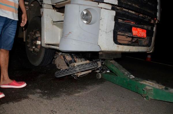 Moto ficou embaixo do caminhão na BR-343 (Crédito: Valdomiro Gomes/CANAL 121)