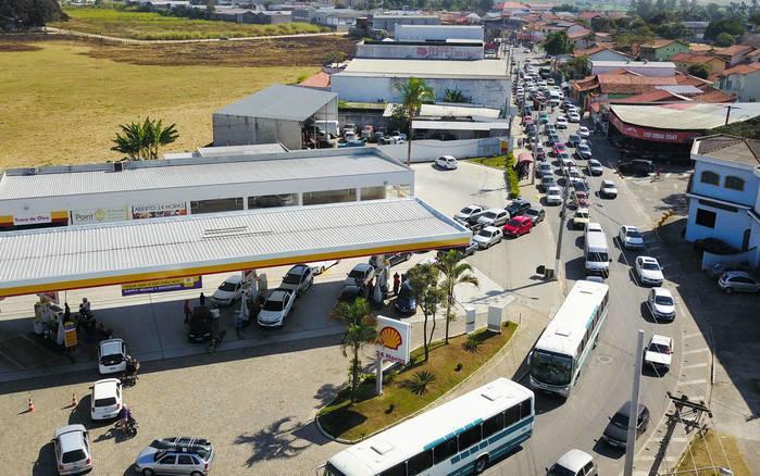 Fila de carros em posto durante a greve dos caminhoneiros  (Crédito: Nilton Cardin/Folhapress)