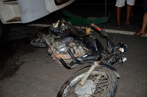 Moto envolvida no acidente  (Crédito: Valdomiro Gomes/CANAL 121)