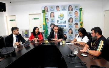 Governo recebe representantes dos professores do Estado (Crédito: Francisco Leal)