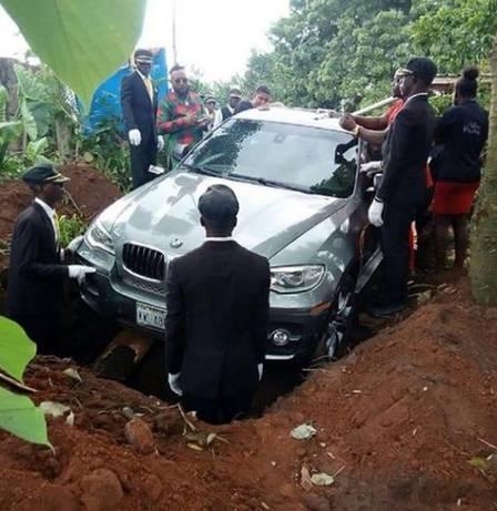 BMW é usada como caixão para enterrar nigeriano (Crédito: Reprodução/Facebook(Zevi Gins))