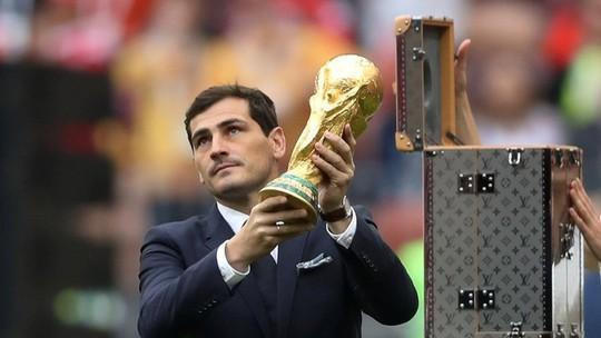 Casillas exibe a taça antes da abertura da Copa (Crédito: Reprodução)