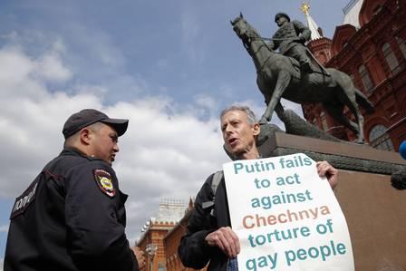 Ativista é abordado por policial durante protesto  (Crédito: MAXIM ZMEYEV / AFP)