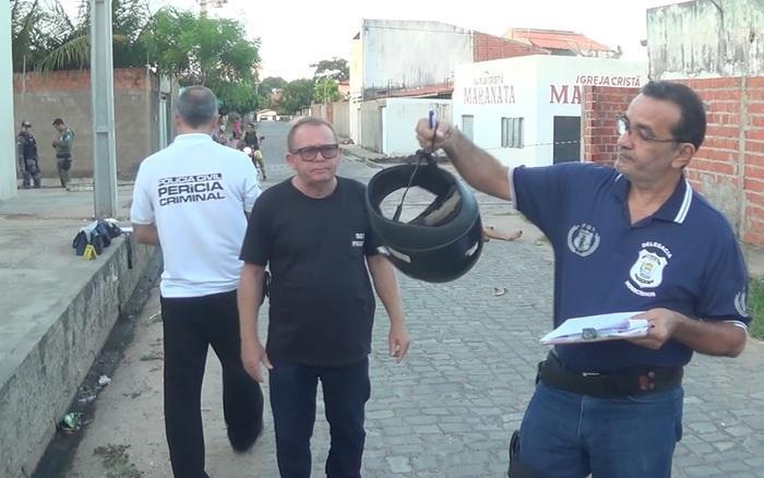 Polícia realiza perícia no capacete (Crédito: Reprodução/TVMN)