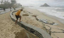 Fortes ondas arrastam contenção e criam buracos em praia do RJ