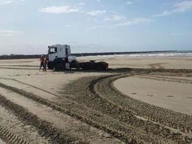 Caminhoneiro vai passear com veículo em praia e acaba atolado; veja