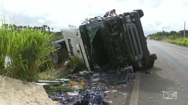 Carreta tomba na BR-316, no Maranhão  (Crédito: TV Mirante/Reprodução )