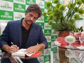 Leo Chaves faz sessão de autógrafos de livro no Cocais Shopping