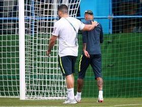 Neymar deixa o treino mancando e com dores no tornozelo