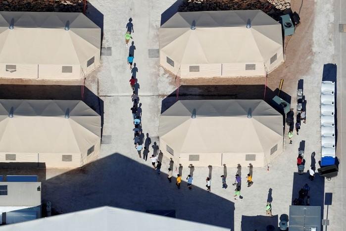 Crianças imigrantes, muitas delas separadas dos pais sob a política de tolerância zero do governo Trump (Crédito: Mike Blake/Reuters)