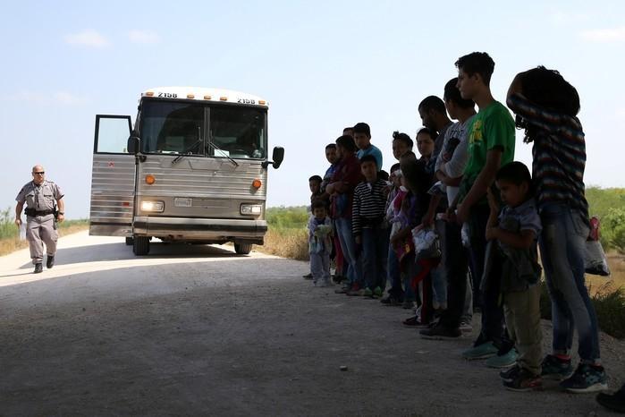 Imigrantes que atravessaram a fronteira do México com os EUA  (Crédito: Loren Elliott/File Photo/Reuters)