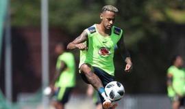 Neymar treina com bola antes de viagem para São Petersburgo