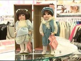 Funcionários de brechó acham R$ 136 mil em caixa de boneca doada